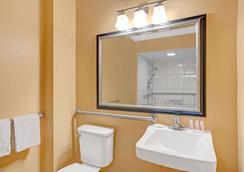 Days Inn & Suites by Wyndham Tampa near Ybor City - Tampa - Bathroom