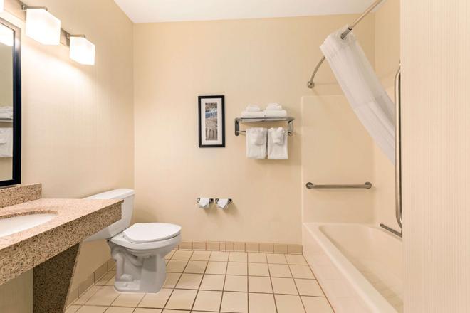 Quality Inn & Suites University - Fort Collins - Phòng tắm