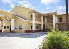 Days Inn & Suites by Wyndham Gonzales - Gonzales - Building