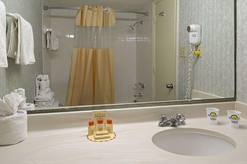 大東街戴斯酒店 - 麥爾托海灘 - 默特爾比奇 - 浴室