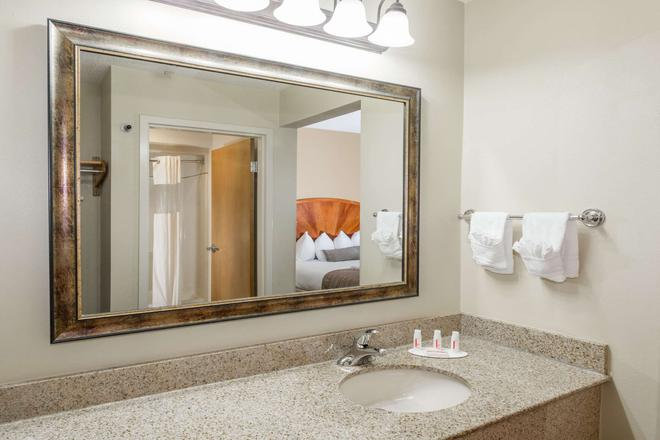 Baymont by Wyndham Asheville/Biltmore Village - Asheville - Bathroom