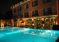 The Residency Hotel - Lahore - Piscina