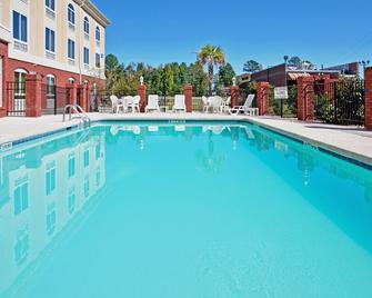 Holiday Inn Express Hotel & Suites Camden-I20 (Hwy 521), An IHG Hotel - Camden - Pool
