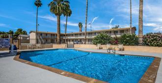 布耶納羅德威套房飯店 - 布萊斯 - 游泳池