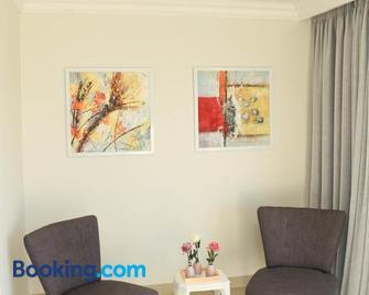 The Milkwood Beach Apartments - Amanzimtoti - Living room