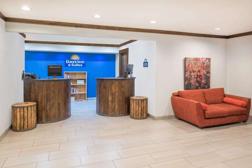 Days Inn by Wyndham Osage Beach Lake of the Ozarks - Osage Beach - Front desk