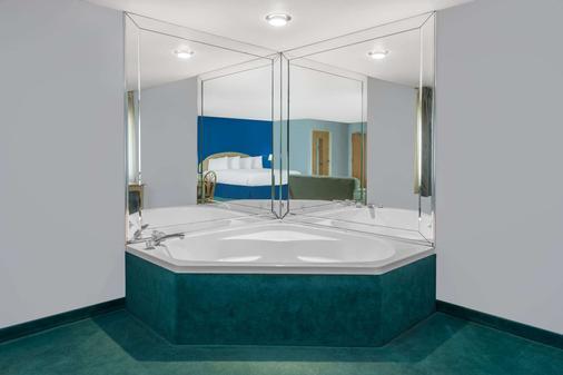 Days Inn by Wyndham Osage Beach Lake of the Ozarks - Osage Beach - Bathroom