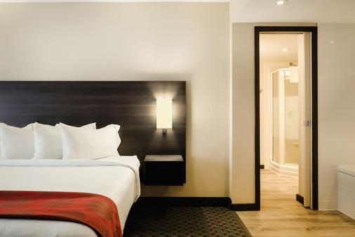 Ramada by Wyndham Kingston Hotel & Conference Centre - Kingston - Bedroom