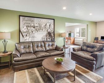 Super 8 by Wyndham Grayling - Grayling - Living room