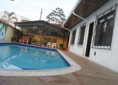 Leticias Guest House - Hostel - Leticia - Piscina