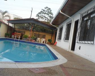 Leticias Guest House - Hostel - Leticia - Pool