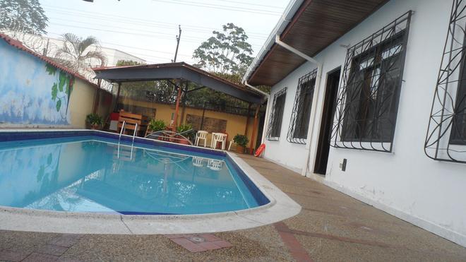 Leticias Guest House - Hostel - Leticia - Pool