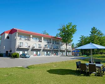 Wasaga Riverdocks Hotel Suites - Wasaga Beach - Building