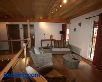 Les Authentics - Domaine d'Autrefois & Spa - Гайспольсайм - Living room