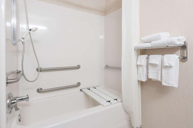 法戈機場速 8 酒店 - 法哥 - 法戈 - 浴室