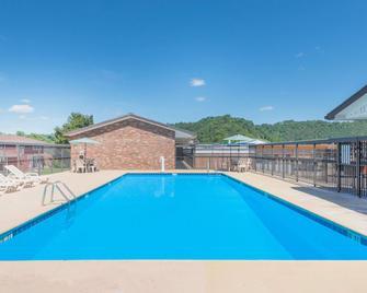 Days Inn by Wyndham Paintsville - Paintsville - Pool