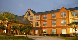 Best Western Plus Hobby Airport Inn & Suites - Houston - Building