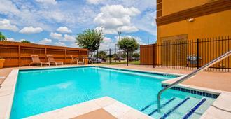 Best Western Plus Hobby Airport Inn & Suites - יוסטון - בריכה