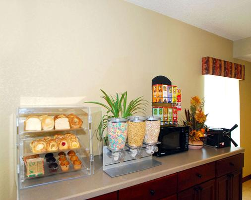 Econo Lodge Inn and Suites - Kearney - Buffet