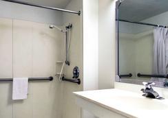 Motel 6 Normal Bloomington Area - Bloomington - Bathroom
