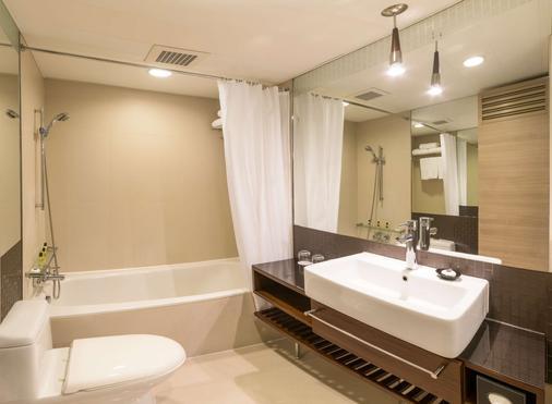 Kowloon Harbourfront Hotel - Hong Kong - Bathroom