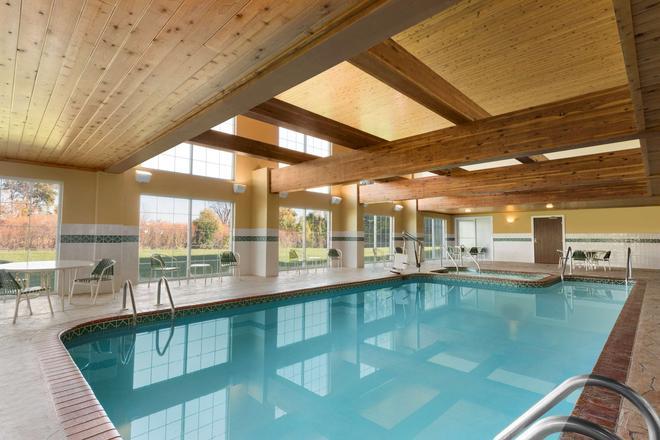 斯康辛州密爾沃基機場卡爾森鄉村套房酒店 - 密爾瓦基 - 密爾沃基 - 游泳池