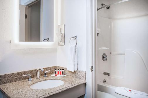 Howard Johnson by Wyndham, Hershey - Hershey - Bathroom