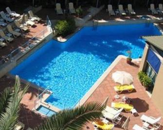 ألدروفاندي ريزيدنس سيتي سويتس - روما - حوض السباحة