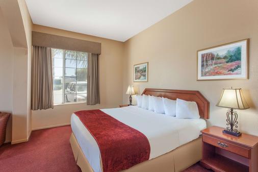 Ramada by Wyndham Fresno Northwest - Fresno - Bedroom