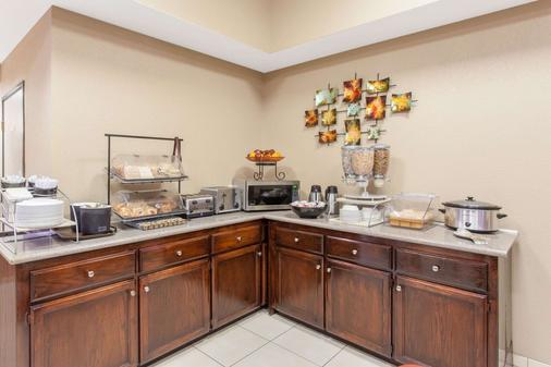 Ramada by Wyndham Fresno Northwest - Fresno - Buffet