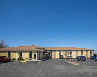 Quality Inn & Suites - West Bend - Building