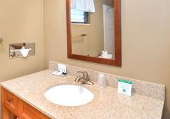 Svendsgaard's Danish Lodge Americas Best Value Inn - Solvang - Bathroom
