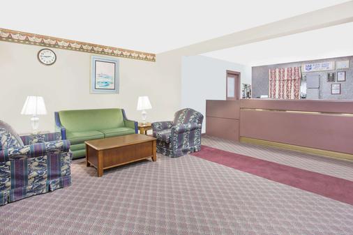 Knights Inn Emporia - Emporia - Living room