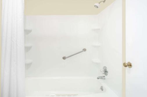 Knights Inn Emporia - Emporia - Bathroom