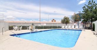 Motel 6 Albuquerque Midtown - אלבקורקי - בריכה
