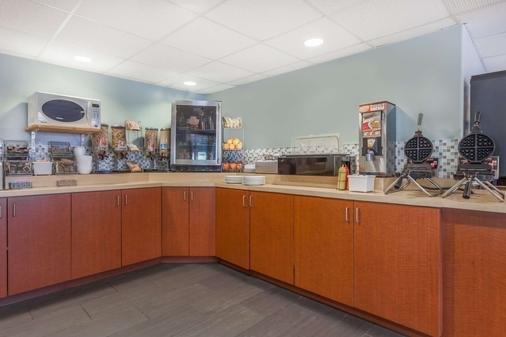 Super 8 by Wyndham Peterborough - Peterborough - Buffet