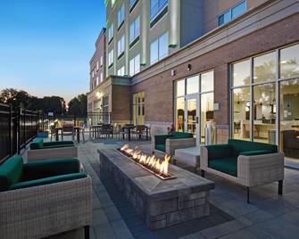 Holiday Inn Grand Rapids North - Walker, An IHG Hotel - Walker - Innenhof