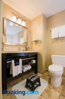 West Inn & Suites - Carlsbad - Bathroom