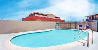 Travelodge by Wyndham Barstow - Barstow - Uima-allas
