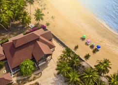 Charlestina Beach Resort - Elmina - Außenansicht