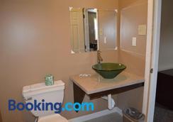Bel-Air Motor Lodge - Maple Shade - Bathroom