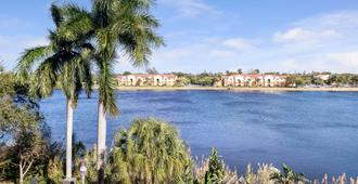 La Quinta Inn & Suites by Wyndham Ft. Lauderdale Airport - Hollywood - Outdoors view