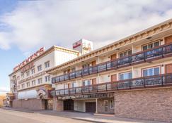 Ramada by Wyndham Elko Hotel at Stockmen's Casino - Elko - Building