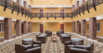 Ramada by Wyndham Elko Hotel at Stockmen's Casino - Elko - Oleskelutila