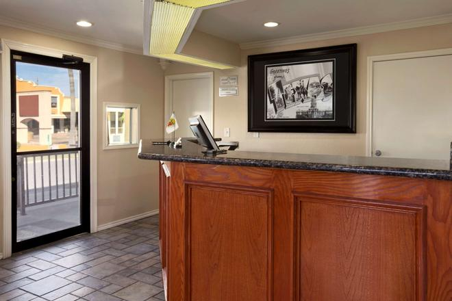Super 8 Mcallen/Downtown - McAllen - Front desk