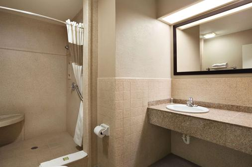 Super 8 Mcallen/Downtown - McAllen - Bathroom
