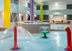 Travelodge Hotel by Wyndham Saskatoon - Saskatoon - Piscina