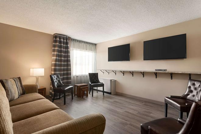Travelodge Hotel by Wyndham Saskatoon - Saskatoon - Sala de estar