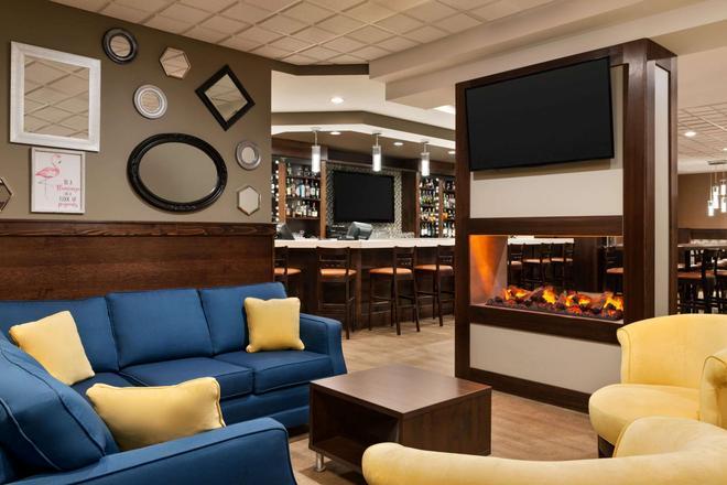 Travelodge Hotel by Wyndham Saskatoon - Saskatoon - Bar