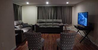 Remodeled & New. Midtown location close to stores. - Anchorage - Sala de estar